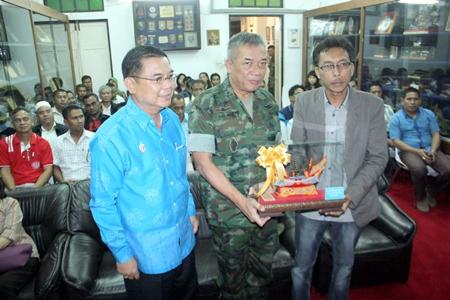 Narathiwat Deputy Gov. Samat Waradisai and Vice Adm. Sonthaya Noichaya exchange gifts at the welcoming ceremony.