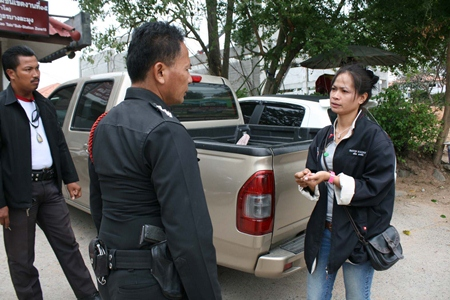 Suphawan Piemmun (right) tells police what she thinks happened with around 700,000 baht she allegedly found alongside the road.