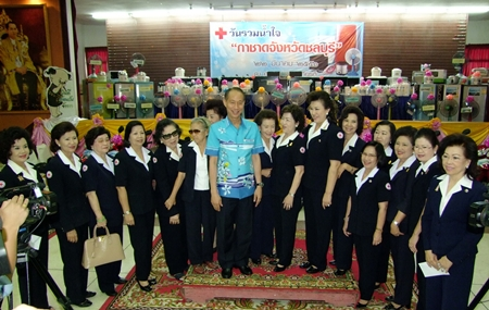 Chonburi Gov. Khomsan Ekachai (center) and his wife Red Cross Chairwoman Busrawadee Ekachai (7th right), along with members of the Red Cross announce the giveaway.