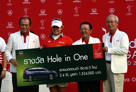 Thailand's Ariya Jutanugarn (2nd left) collects her hole in one prize from tournament sponsors Honda.