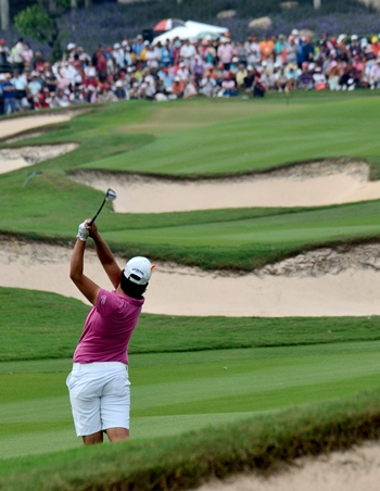 Defending champion Yani Tseng hits an approach to the 18th green during her final round 63.