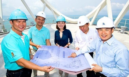 Petrada Poolvoralaks, Executive Director of Major Development Public Company Limited, Somchai Sirilertpanich, Managing Director of Syntec Construction Public Company Limited, and Veerachai Borirajdachakul, Manager Director of Bewtech Company Limited, join with construction workers to inspect the the rooftop of Reflection Jomtien Beach Pattaya.