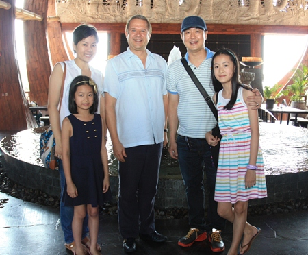 Wibool Leerattanakajorn (2nd right), managing director of Search Entertainment Co., Ltd. and TV Channel 3 management spent a few days vacationing at the Centara Grand Mirage Beach Resort Pattaya where they were welcomed by General Manager Andre Brulhart (centre).