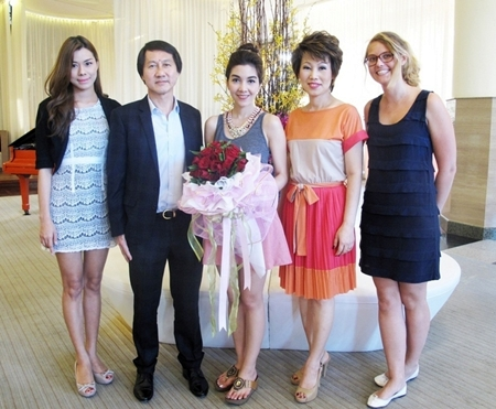 Virithipa 'Woonsen' Pakdeeprasong (centre), popular actress, VJ and TV host was on a location shoot for the 108 Living TV program at the Pullman Pattaya Hotel G recently. She was welcomed by GM Sophon Vongchatchainont (2nd left), accompanied by Kulakan Chamnankar (left), PA to the GM, Nannadda Supakdhanasombat (2nd right), Director of Marketing Communications and Marie Gonter (right), Events & Marketing Director.