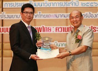 """At a ceremony recently held at the at Bamrasnaradura Infectious Diseases Institute, Privy Councilor Professor Dr. Kasem Wattanachai, representing the Thailand Hospital Administrator Association, presented the """"Best Hospital Executives award Year 2012, in the Best Private Hospital Executives"""" category to Dr. Pichit Kangwolkij, Deputy CEO-Group 3 and Director of Bangkok Hospital Pattaya."""