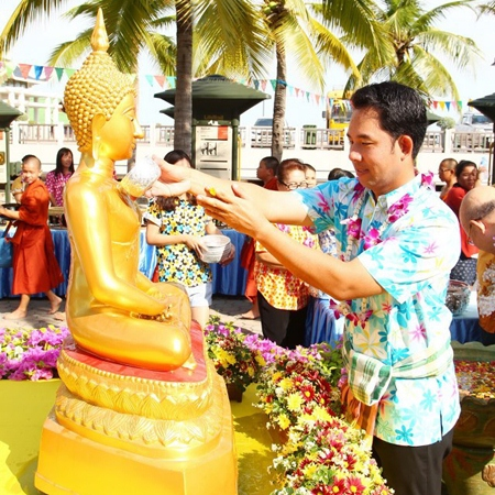 Mayor Itthiphol Kunplome pours water on Lord Buddha during Naklua Wan Lai.