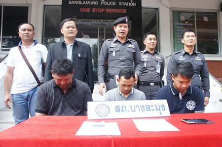 Banglamung police used a sting operation to catch police volunteers Somyos Jessana, Suriya Hongsam, and Bunkitti Rattanasin selling drugs.