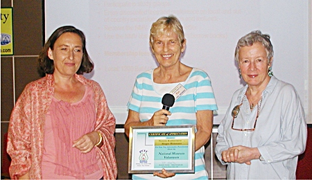 Chair Pat Koester thanks Victoria and Margot for their interesting presentation, with a Certificate of Appreciation from Pattaya City Expats.