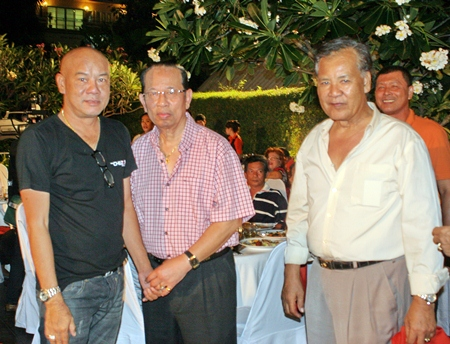 Yuparat Wongdaokul (left), president of the association, with F&B members welcome Anusak Rodbunmee (center), former president.