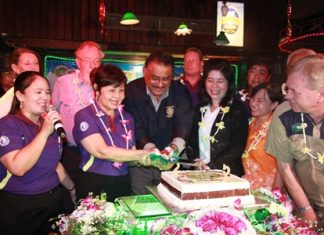Pattaya Mail MD Peter Malhotra helps good friend Sopin Thappajug, MD of the Diana Group, cut the 25th anniversary birthday cake.