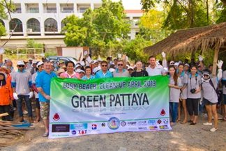 Green Pattaya Community gathers on Pratamnak Hill, preparing to clean up the area. (Photo Courtesy Chaianan Moontreephakdee)