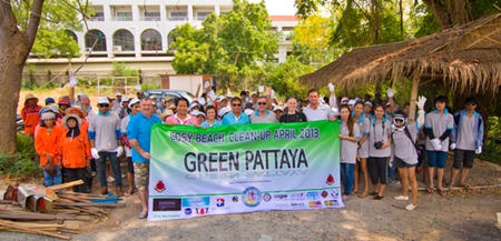 Green Pattaya Community gathers on Pratamnak Hill, preparing to clean up the area. (Photo Courtesy Chaianan Moontreephakdee)