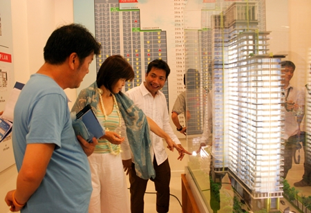 Chisanucha Pakdeesaneha, CEO of Porch Land Group, (right) outlines details of the project to potential customers.