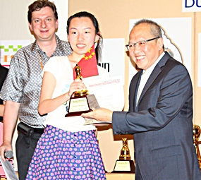 China's Xu Ruoying is presented with the Female Challenger trophy by Dusit Thani General Manager Chatchawal Supachayanont (right).