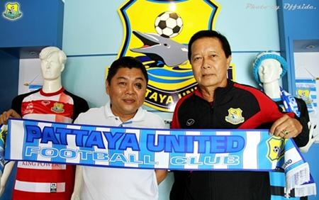 Pattaya United Managing Director Sombut Pinyasiri (left) welcomes new first team coach Chatchai Paholpad.