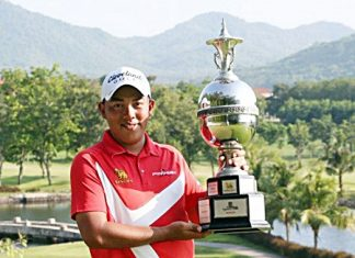 Kwanchai Tannin holds up the champion's trophy after winning the 2013 Singha Pattaya Open golf tournament at Burapha Golf Club, Sunday, April 21. (Photo/All Thailand Golf Tour)