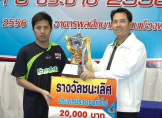 Pattaya mayor Ittipol Kunplome (right) presents the champions trophy to the captain of Royal Navy FC.
