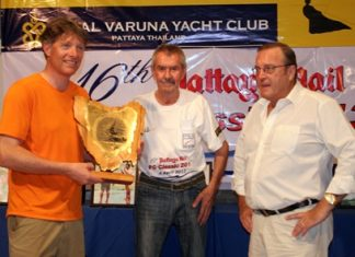 Jorgen Svendsen (left) receives the perpetual Pattaya Mail PC Classic trophy from Peter Cummins (center) and Ib Ottesen of Jomtien Boathouse (right).