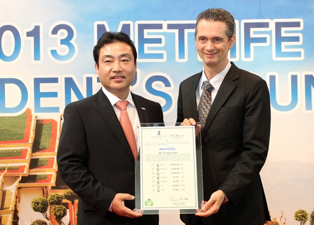 Royal Cliff Hotels Group General Manager Christoph Voegeli (right) presents Metlife CEO Kim Jong Woon (left) with the Royal Cliff Green Certificate.