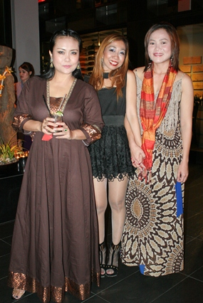 Mantra Social Director Supparatch 'Amy' Piyawatcharapun (center) welcomes Rungratree Thongsaai (left) and Som Corness (right) to the fabulous evening at the magnificent restaurant & bar.