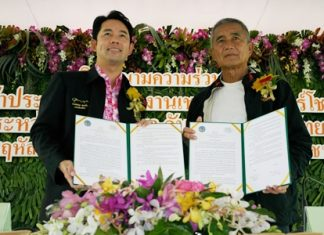 Mayor Itthiphol Kunplome (left) and Kampol Tansajja, director of Nong Nooch Tropical Gardens signed a memorandum of understanding in promoting and participating in the 4th Chelsea Floral Show 2013 which will be held in London, England on 22-26 May 2013. The theme for this year's entry is entitled 'Thailand: the people the culture the religion'.