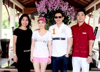 Tomo Kuriyama (right), GM of the Sheraton Pattaya Resort together with Thanaphat Chakkaphak (left), Marketing Communications Manager, were on hand to welcome Fluke-Krirkphol Masayavanich (2nd right) and Natalie Chiaravanond (2nd left), the popular hosts of 'Nee Tiew Thailand' during the filming of the show at the resort.