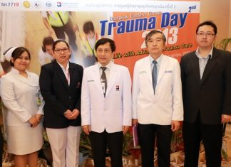 Dr. Supakorn Winnawan (centre), Deputy Director of the Bangkok Hospital Pattaya officially opened the 2nd Trauma Day - Emergency Medical Personal Development Program 2013 at the medical facilities recently. The training focused on giving doctors, nurses and rescue workers the extra skills needed to effectively administer emergency treatment to accident victims.