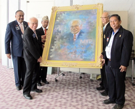 District Governor (3340) Thatree Leetheeraprasert (2nd right), PP Noppadol Sangma (right) and PDG Pratheep S. Malhotra (left) present the 'Peace through Service' portrait to Rotary International President Sakuji Tanaka (2nd left).