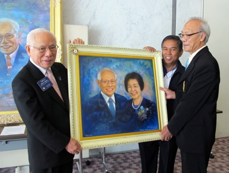 Artist Nit Duangdee created a special work of art portraying President Tanaka and his wife Kyoko, which was warmly received by Tanaka-san.