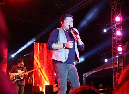 Ben Chalatit, the king of love songs, immerses his fans in deep emotion with his unique voice.