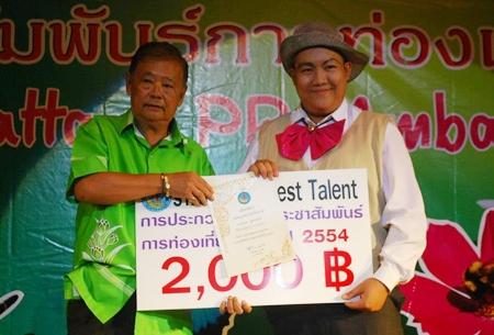 Pisai Panomwan Na Ayudthaya (left) presents the YPPA Best Talent award 2011 to Tanakorn Sunthornnon.