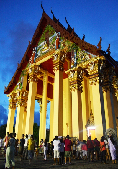 Followers perform the Wien Thien ceremony around the Wat Bhodhisamphan temple hall.