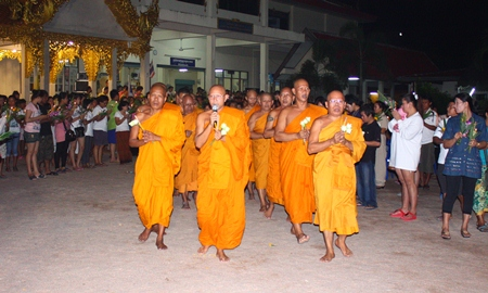 Provost Pravet Thammawaro, abbot of Wat Nongyai, leads the monks and citizens in the Wien Thien around Phra Phuttha Leela located in the middle of the temple grounds.