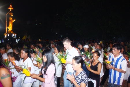 Pattaya citizens and guests perform the Wien Thien ceremony at Wat Nongor.