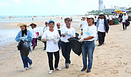 Cleaning can be fun - especially when done with friends on Pattaya Beach!