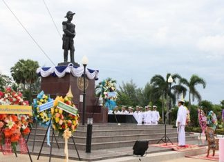 Top military officers pay their respects to a statue of Adm. Abhakara Kiartivongse, prince of Chumphon.