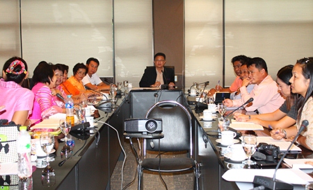 Deputy Mayor Wutisak Rermkitkarn presides over a meeting to help our youths have a more promising future.