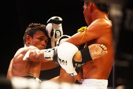 Iquezang Kor. Rungthanakeat (left) kicks out at Fahmongkol Sor. Jor. Danrayong in the Isuzu Superfight.