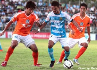 Pattaya United's Suchart Chayyai (center) battles for the ball with 2 TOT defenders during their Thai Premier League game at the Nong Prue Stadium in Pattaya, Saturday, May 4. (Photo Pattaya United/Offside)