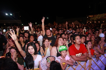 Pattaya music lovers enjoy some hit tunes at the concert.