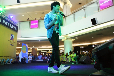 Rit performs for his fans.