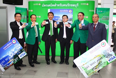 Kasikorn Bank recently held a ceremony to introduce the new K-MY Debit Card and K-Max Debit Card which depicts a view of Pattaya Beach on it. VIPs at the launch included (l-r) Sinchai Wattanasartsathorn, President of Pattaya Business and Tourism Association, Nipol Udompol, manager of Kasikorn Bank, South Pattaya Branch, Vinai Mingraktham, Deputy Director of Sales and Services Network of Kasikorn Bank, Verawat Khakhay, Deputy Mayor of Pattaya City, Suthee Maolanont, manager of Customers Relations in Sales and Services Network, and Nitti Ruangrattanakorn, a Kasikorn Bank customer.