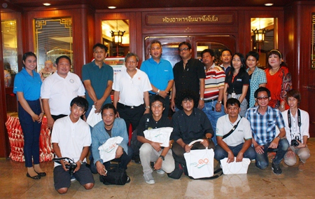 In order to enhance the public's understanding of government policies, Thaweepong Wichaidit (standing 5th left, behind) together with Thitti Jantaengpol (standing 4th left), deputy manager of Pattaya Special Land and Connecting Areas Office and Designated Areas for Sustainable Tourism Administration (DASTA), hosted a lunch for members of the media led by Amporn Saengkaew (standing 6th left), president of the Pattaya Media Association at the Montien Hotel Pattaya recently.