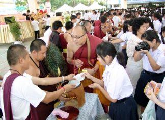 Chonburi citizens gather to present alms on Visakha Bucha Day.