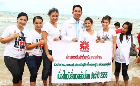 Representatives from Central Festival Pattaya Beach join Mayor Itthiphol Kunplome in releasing blue crab and white perch into to the sea.