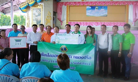 Members of the Lions Club of Pattaya-Nongprue present a 40,000 baht water filter to Nongprue Mayor Mai Chaiyanit, who accepted it on behalf of Map Yai Lia residents.