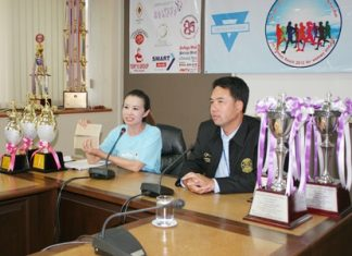 YWCA Chairwoman Praichit Jetpai (left) and Mayor Itthiphol Kunplome announce the June 15 competitive walk-run.