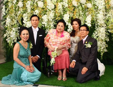 Thanpuying Bhansawli Kittiyakarn (center) blesses the newlywed couple and family (L to R) Achana Snitwongse Na Ayuthaya, Phasu Snitwongse Na Ayuthaya, Nutnat Lertprasitchok and Wachornsak Snitwongse Na Ayuthaya.