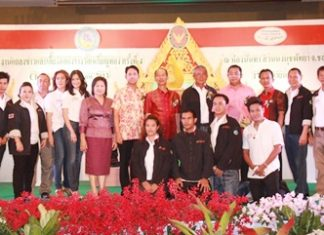 Culture Minister Sonthaya Kunplome (back row, 5th left), Chonburi Gov. Khomsan Ekachai (back row, 7th left) and Pattaya Mayor Itthiphol Kunplome (back row, 8th left) along with others congratulate Nong Nooch Tropical Garden director Kampol Tansajja (back row, 6th left) for the park's great achievement.