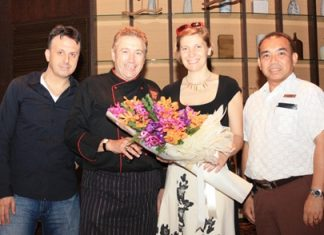Acqua Chef Alberto Bruni (2nd left), and Wuthisak Pichayagan (right), executive assistant manager - F&B for Centara Grand Mirage Beach Resort, present a bouquet to thank Chiara Lungarotti (2nd right), the owner of Cantine Giorgio Lungarotti, and Andrea Bizzarri, sr. sales manager of Italasia Trading (Thailand) for their support.